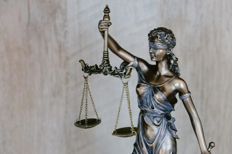 Scales+of+justice+statue